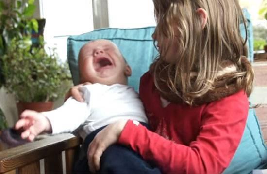 Почему ребенок закидывает голову назад когда спит?