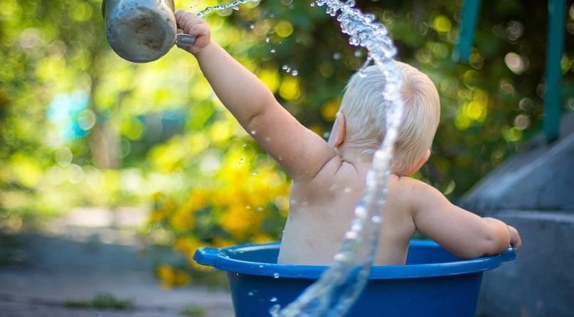 Приучаем ребенка к водным процедурам: как купать новорожденного первый раз дома?