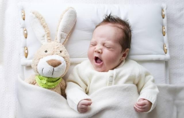 Как поступить, если новорожденный ребенок начал вздрагивать во сне?