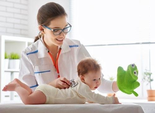 Причины появления отрыжки у новорождённых младенцев после кормления — правильное лечение и рекомендации доктора комаровского