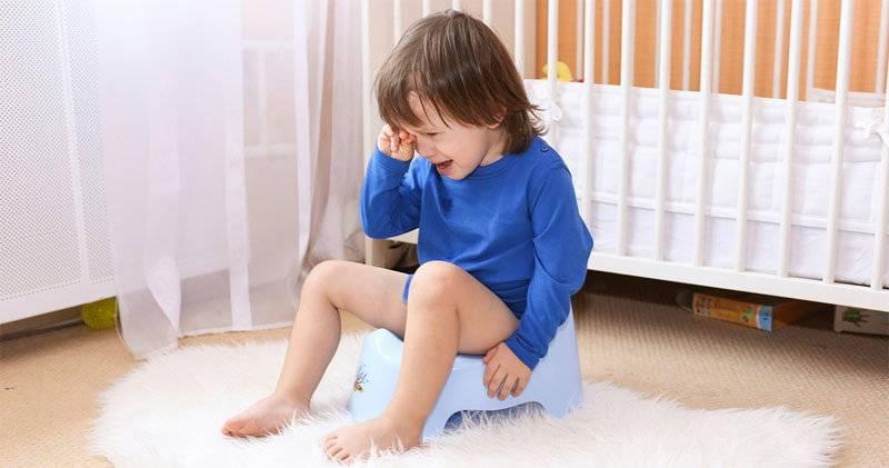 Почему новорожденный плачет, когда какает