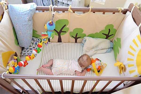 Подробности о том, как своими руками сшить бортики в кроватку для новорожденных