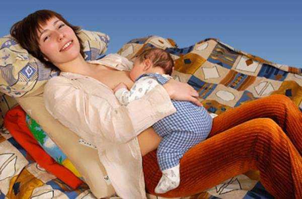 Как правильно кормить новорожденного грудным молоком лежа