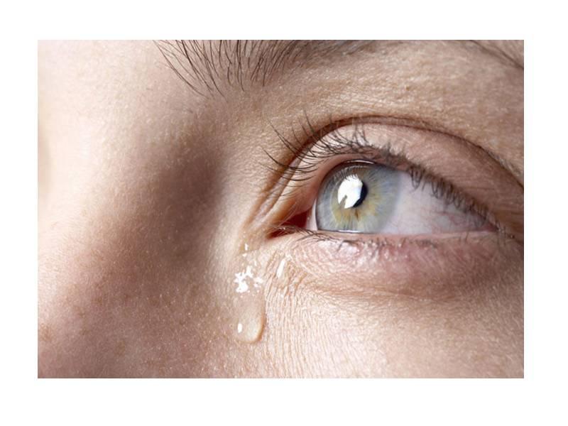 Что делать — слезится глаз у ребенка