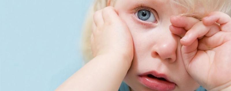 Слезится глаз у новорожденного и грудничка: почему, что делать?