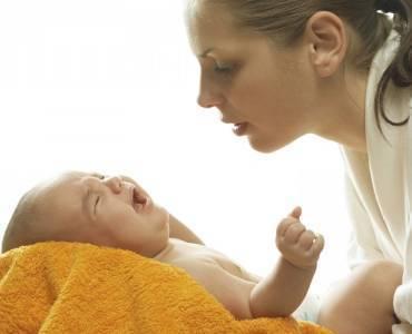 Почему ребенок плачет после кормления грудным молоком
