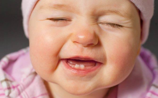 Понос при прорезывании зубов: сколько длится и чем лечить