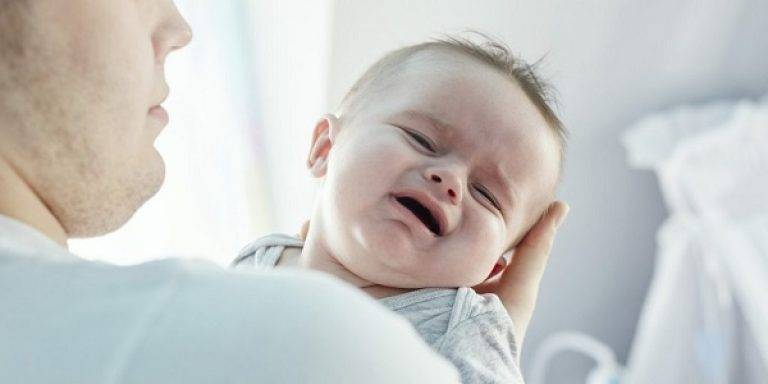 Ребенок 3 месяца лежа на спине выгибается