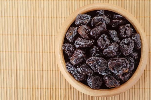 Компот, пюре и отвар из чернослива для грудничка: как приготовить своими руками, прикорм, при запоре