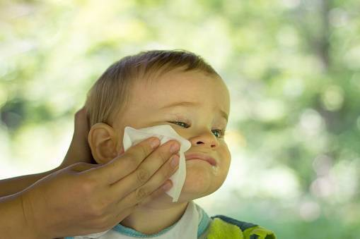 Если ребенок часто срыгивает после кормления смесью: причины и что нужно делать