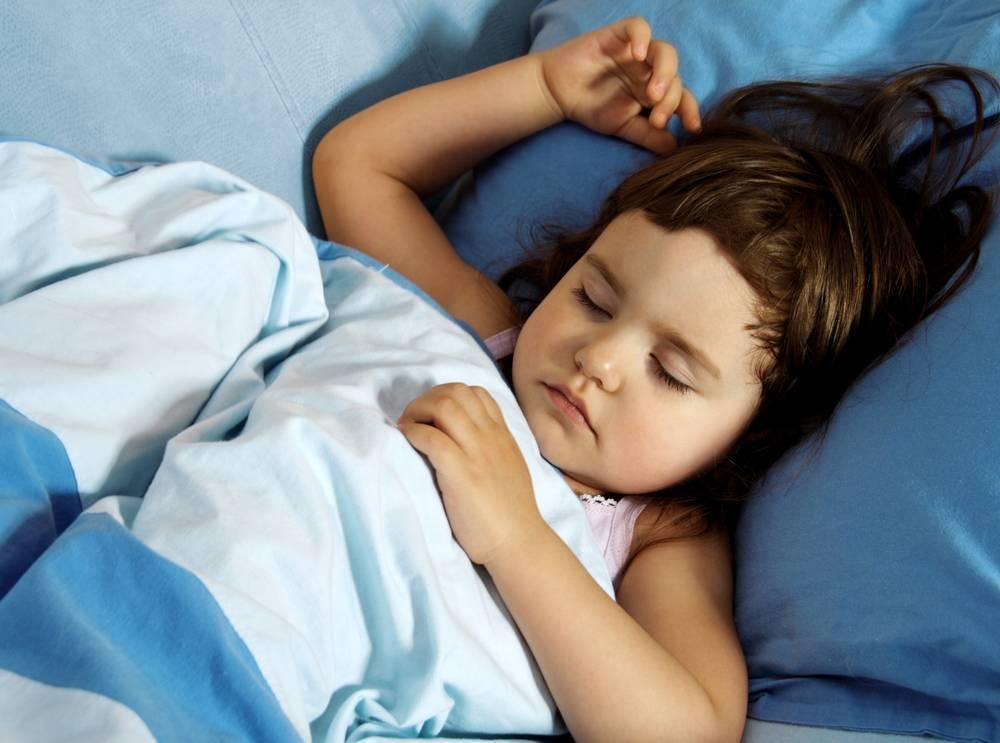 Почему дети вздрагивают во сне и что с этим делать