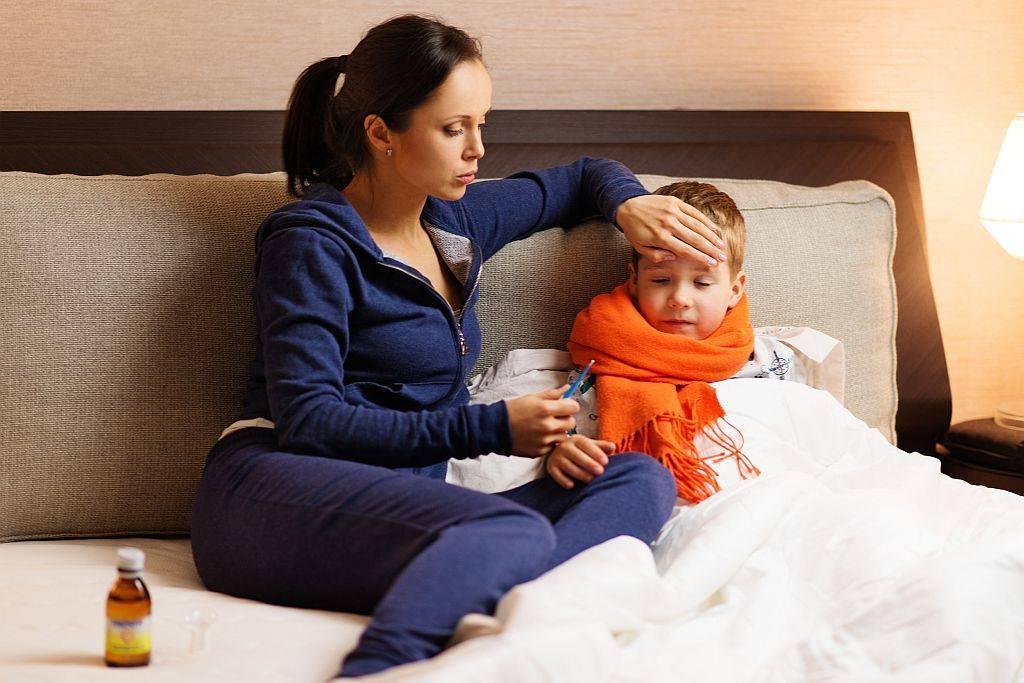 Сопли и температура у грудничка: как помочь младенцу при простуде