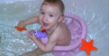 Как правильно купать малыша с кругом?