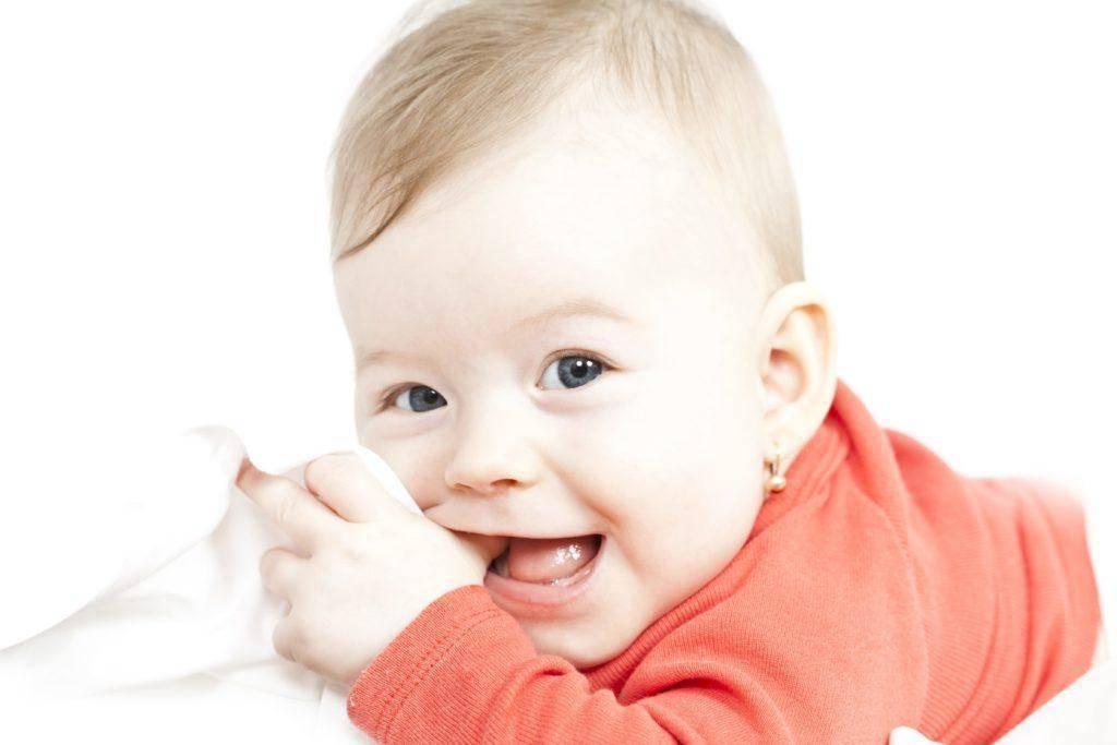 Сколько дней обычно прорезываются первые зубы у ребенка