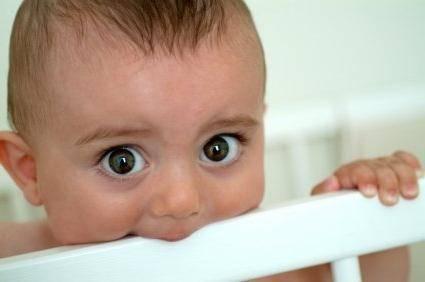 Во сколько месяцев у ребенка начинают резаться зубы