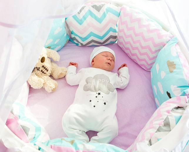 Комплекты в кроватку для новорожденных: виды постельного белья
