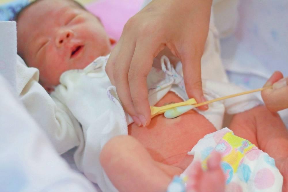 Гигиена для новорожденного:  утренние процедуры и уход за малышом
