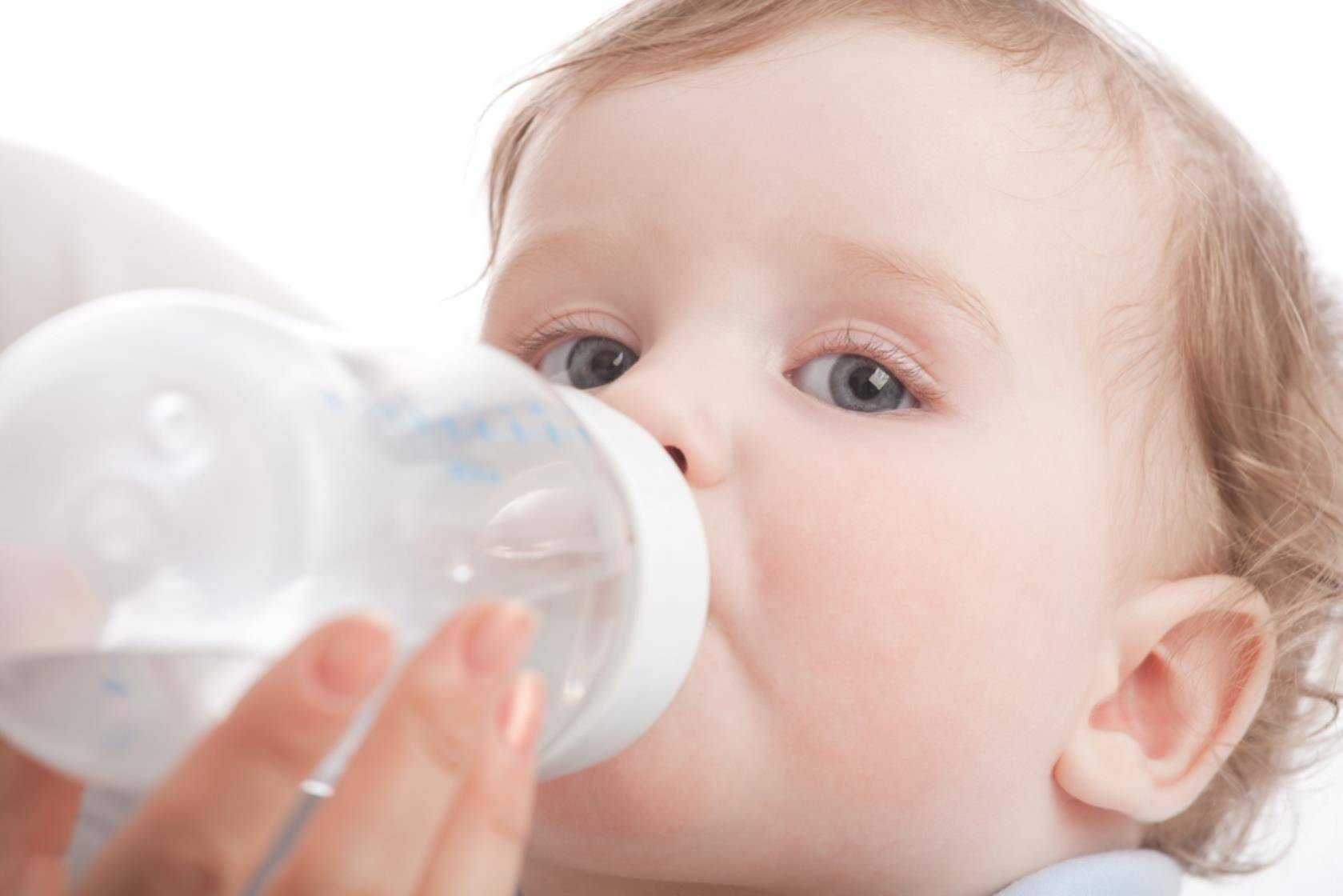 Как приучить ребенка пить воду в разном возрасте